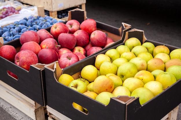 Caixas de maçãs em um mercado de agricultores.