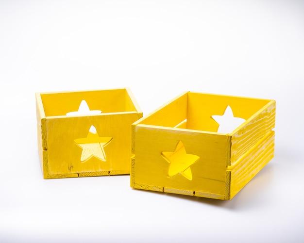 Caixas de madeira de cor, isoladas no branco