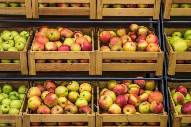 Caixas de madeira de maçãs no supermercado