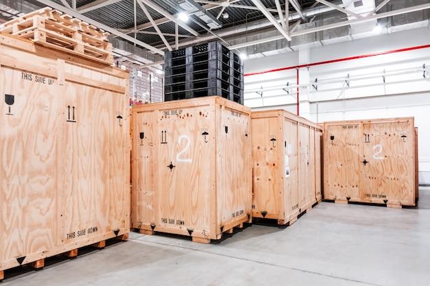 Caixas de madeira no armazém. caixas em madeira para embalagem de maquinaria industrial.