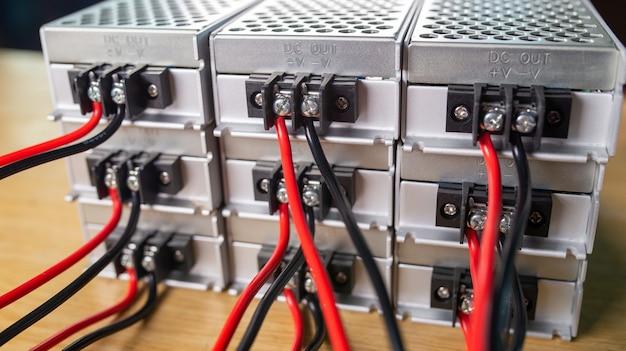 Caixas de metal de close-up para armazenamento de fonte de alimentação com fios estão empilhadas em uma mesa de madeira. o conceito de equipamento de alta tecnologia para um equipamento militar espião