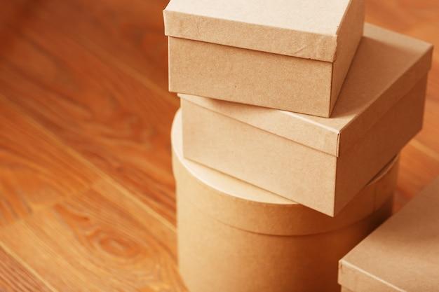 Caixas de pacotes em um fundo de madeira, espaço livre.