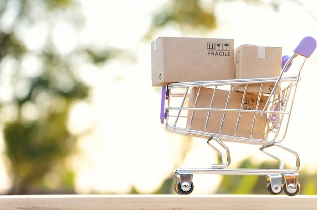 Caixas de papel em um carrinho