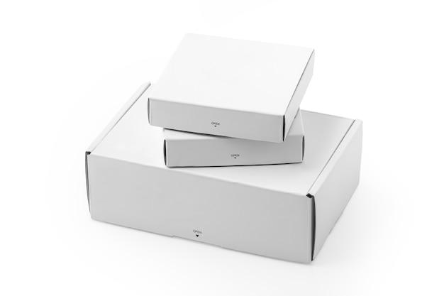 Caixas de papelão brancas isoladas em um fundo branco