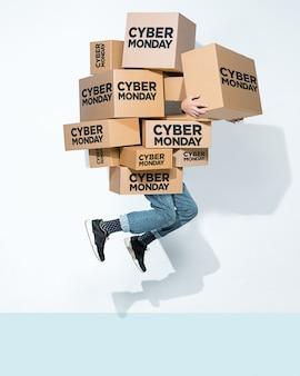 Caixas de papelão com inscrição cyber monday nas mãos de um jovem