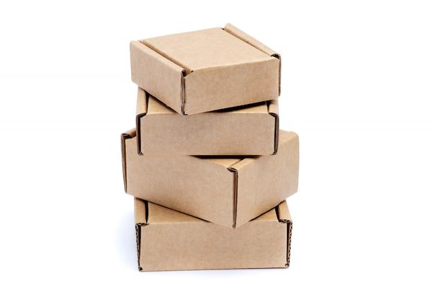 Caixas de papelão de vários tamanhos, isolados no fundo branco.