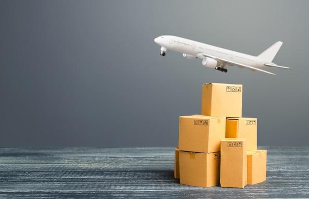 Caixas de papelão e entrega de frete em avião, distribuição de mercadorias e produtos