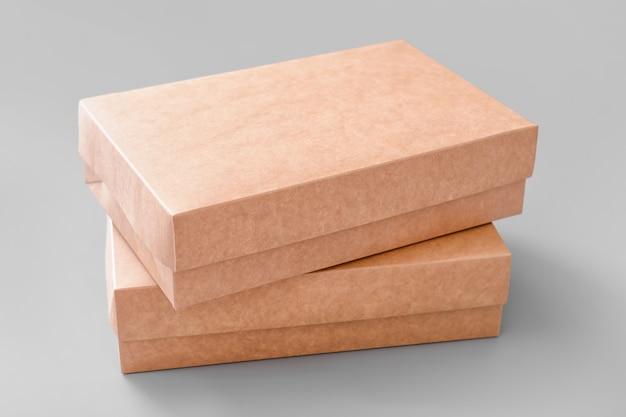 Caixas de papelão em branco na luz
