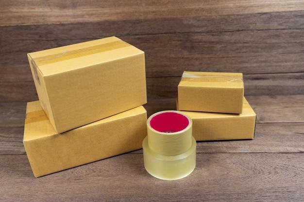 Caixas de papelão empilhadas na mesa de madeira.