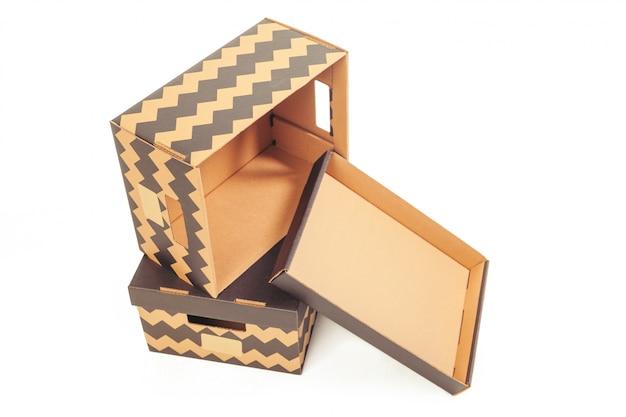 Caixas de papelão isoladas sobre o branco
