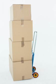 Caixas de papelão no carrinho