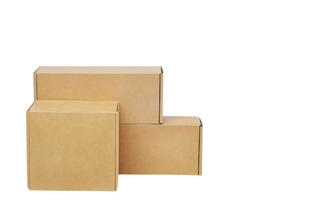 Caixas de papelão para mercadorias em um branco isolado. tamanho diferente.