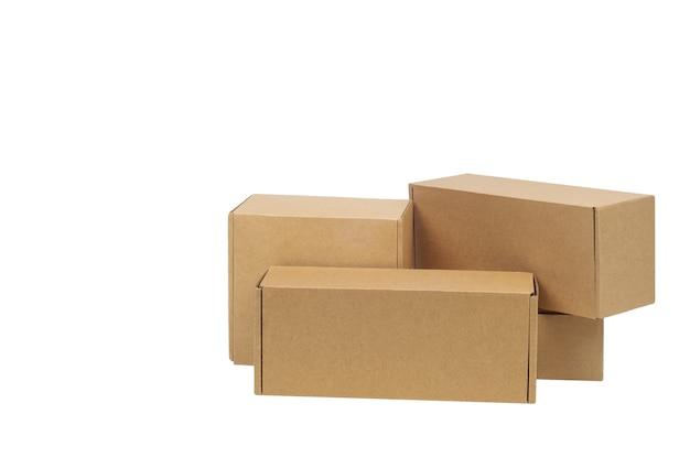 Caixas de papelão para mercadorias em um espaço em branco. tamanho diferente. isolado no espaço em branco.