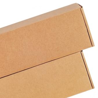 Caixas de papelão para mercadorias em um fundo branco. tamanho diferente. isolado no fundo branco.