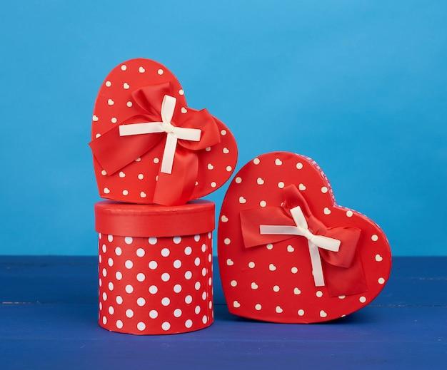 Caixas de papelão vermelhas com presentes