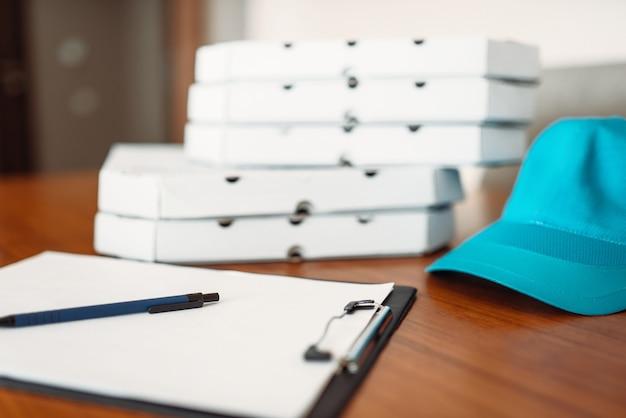 Caixas de pizza de papelão, tampa e pedido vazio na mesa