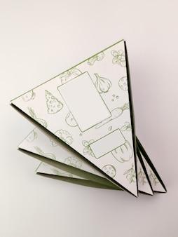 Caixas de pizza em forma triangular em um branco.