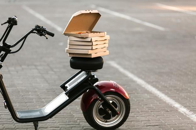 Caixas de pizza na moto de entrega