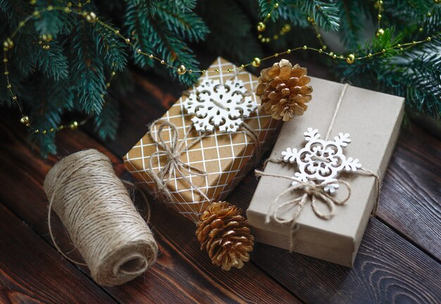 Caixas de presente artesanais de conceito criativo de natal sem desperdício