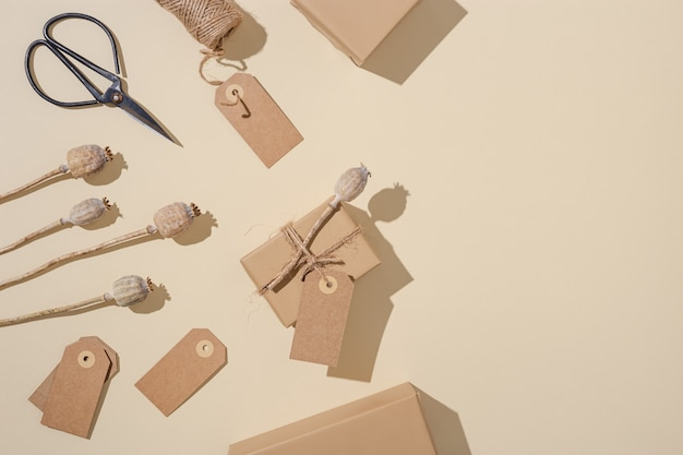 Caixas de presente artesanais em papel artesanal com etiquetas decoradas com flor de papoula seca natural