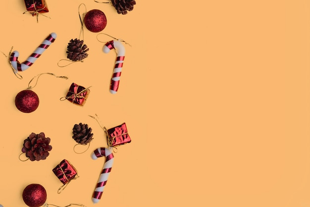 Caixas de presente artesanal vermelho de natal na vista superior amarela cartão de feliz natal, quadro. postura plana,