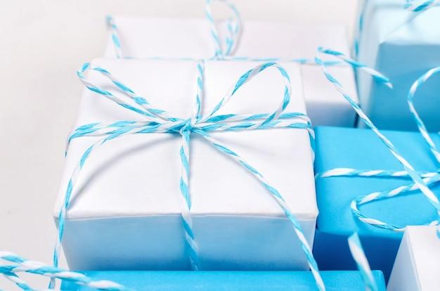 Caixas de presente azul e branco com fita