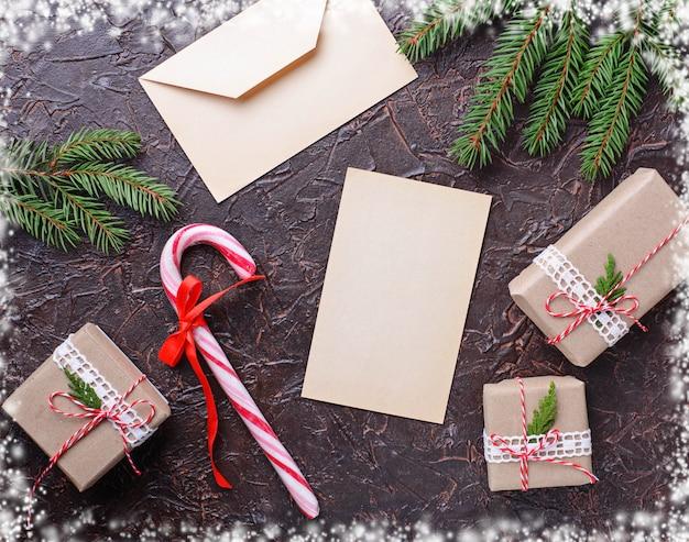 Caixas de presente, bastão de doces e carta.