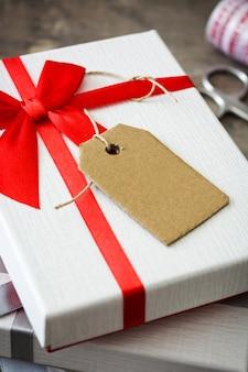 Caixas de presente branca na mesa de madeira