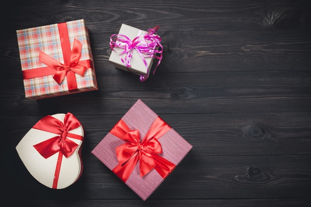 Caixas de presente colorida em madeira escura agradável.