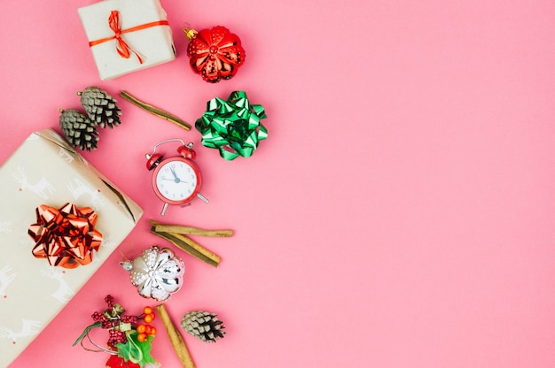 Caixas de presente com brinquedos na mesa