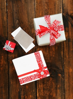 Caixas de presente com cartão em fundo de madeira