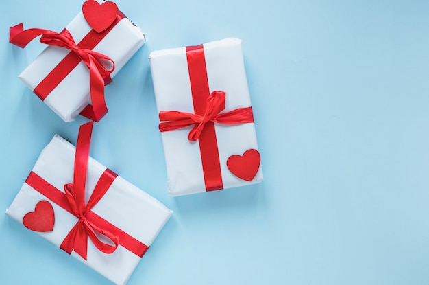 Caixas de presente com corações vermelhos na mesa