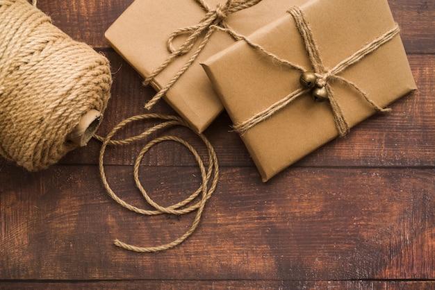 Caixas de presente com corda na mesa