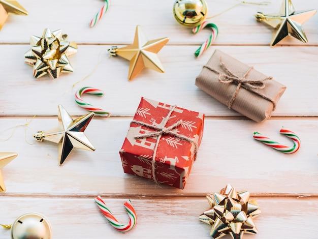 Caixas de presente com diferentes brinquedos de natal