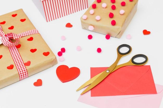 Caixas de presente com envelopes na mesa