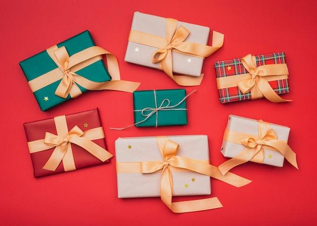 Caixas de presente com estrelas douradas para o natal