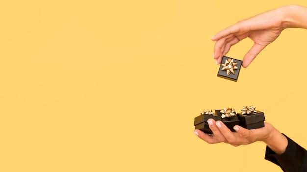Caixas de presente com fita dourada para cópia espaço preto sexta-feira