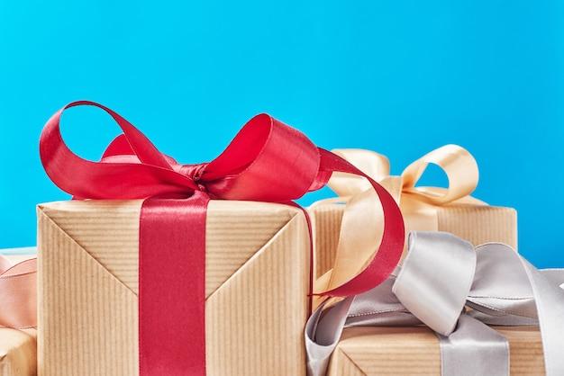 Caixas de presente com fita sobre um fundo azul, close-up