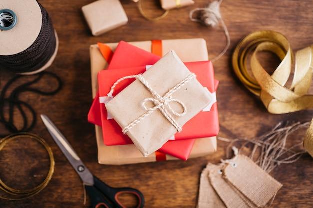 Caixas de presente com fitas na mesa de madeira