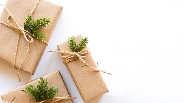 Caixas de presente com galho de árvore de natal