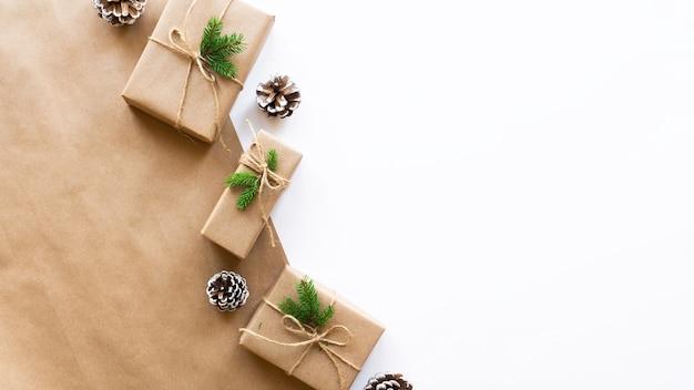 Caixas de presente com galhos de árvore de natal