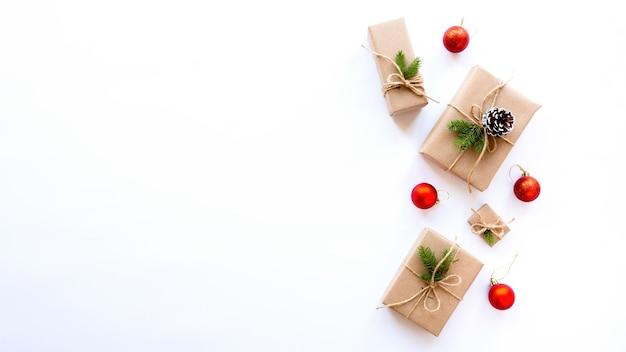 Caixas de presente com galhos de árvores de natal e cones de abeto