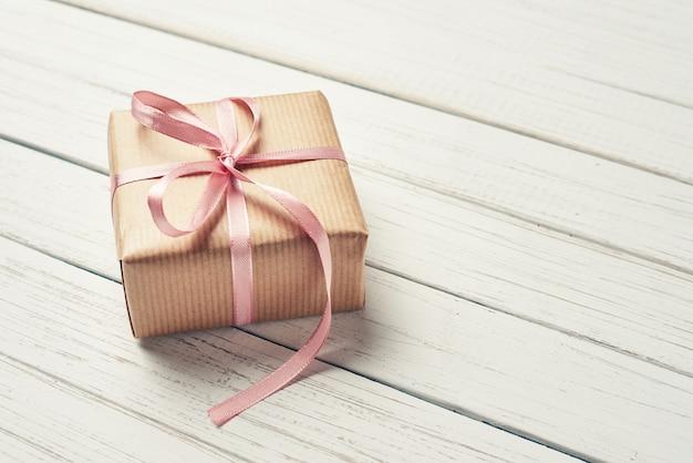 Caixas de presente com laço rosa em um fundo branco, cópia espaço