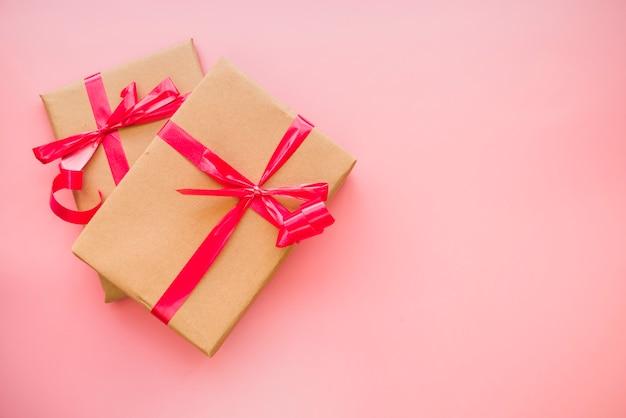 Caixas de presente com laços vermelhos