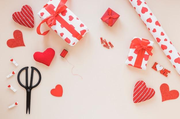 Caixas de presente com papel de embrulho na mesa