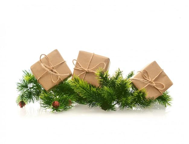 Caixas de presente com papel kraft e ramo de natal