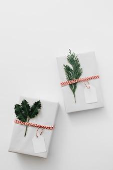 Caixas de presente com plantas verdes na mesa