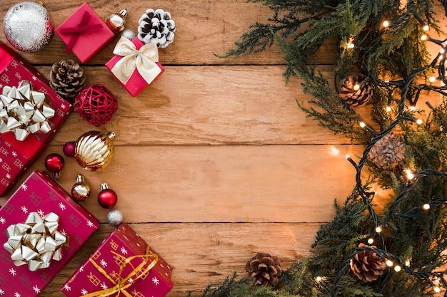 Caixas de presente com ramos verdes na mesa