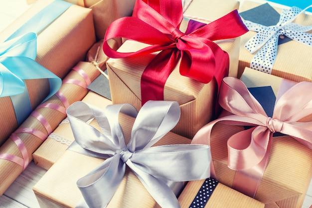 Caixas de presente com ribbonnd arcos em branco, close-up