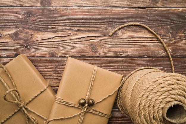 Caixas de presente com rolo de corda na mesa